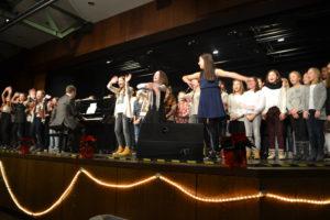 Die 6. Klassen haben Feliz Navidad und Last Christmas unter der Leitung von Herrn Cleef gesungen.